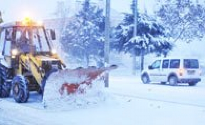Belediye Ekipleri Kar Yagisi Ile Birlikte Harekete Geçti