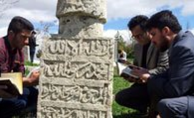 """Imam Hatip Ögrencilerinden """"Son Durakta Son Kitabi Okuyoruz"""" Etkinligi"""