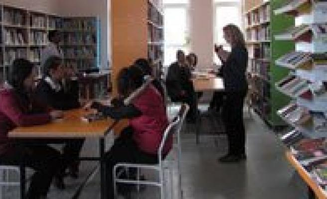 Kütüphanede Kitap Okudular