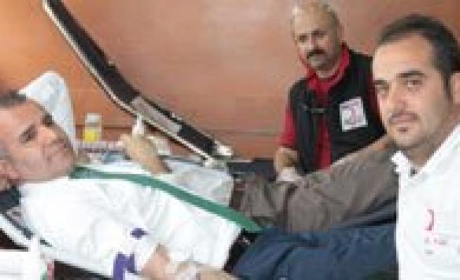 Sultanoglu, Kan Bagisinda Bulunarak Kampanyaya Destek Verdi