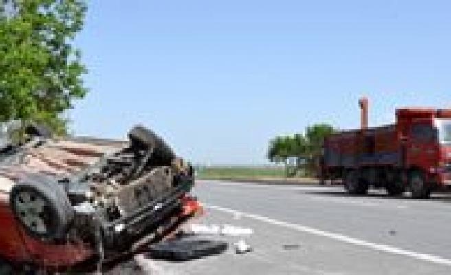 Karaman`da Otomobil Takla Atti: 4 Yarali