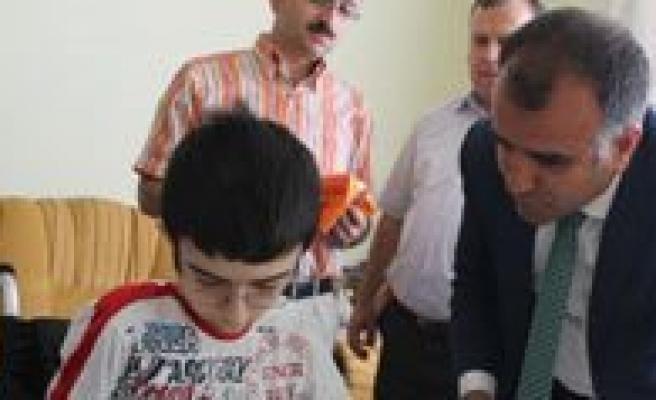 Il Müdürü Asim Sultanoglu, Karne Gününde Özel Çocuklarimizi Unutmadi