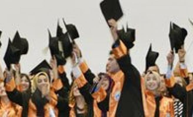 KMÜ Kamil Özdag Fen Fakültesinde Mezuniyet Sevinci