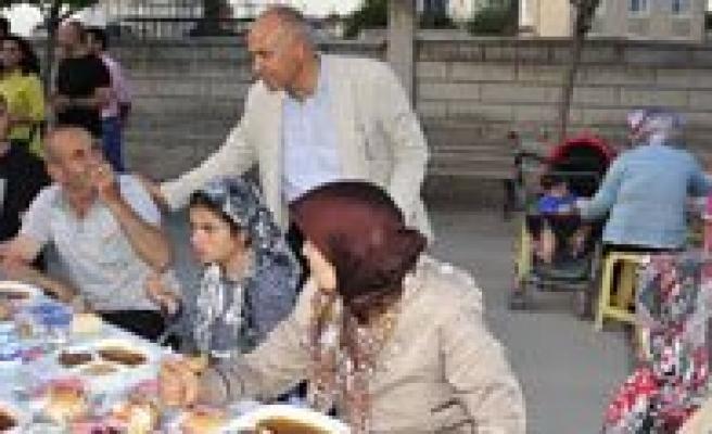 Iftar Sofrasi Larende Mahallesi'nde