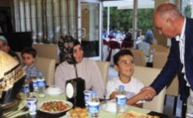 Belediyeden Yetim Ve Öksüzlere Iftar Yemegi