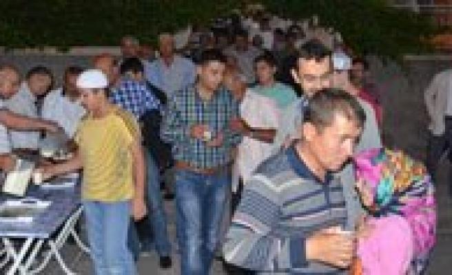 Karaman'da 8 Yildir Cemaate Teravih Sonrasi Balli Süt Ikram Ediliyor