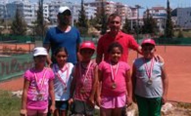 Karamanli Tenisçiler Madalyalarla Döndü
