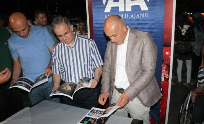 Vali Tapsız Demokrasi Nöbetinde AA'nın Standında Kitap Dağıttı