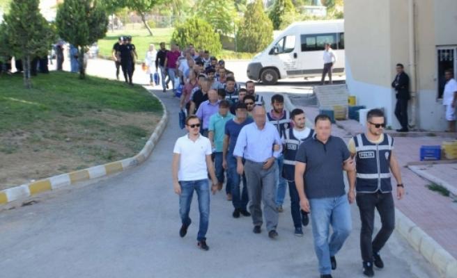 FETÖ Operasyonunda Gözaltına Alınan 1'i Bayan 21 Kişi Adliye'ye Çıkarıldı