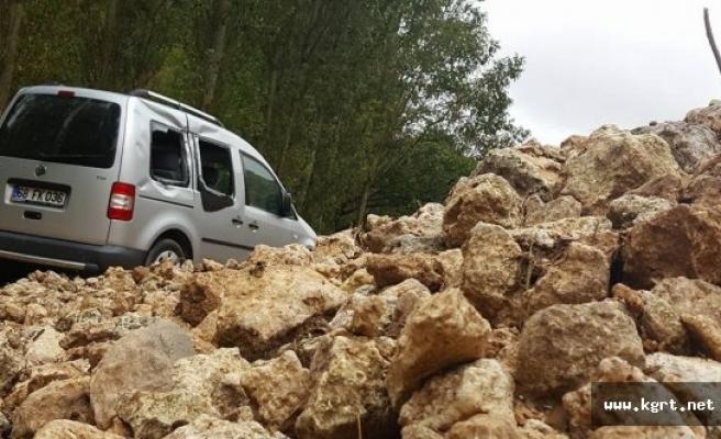 Heyelan Köy Yolunu Ulaşıma Kapattı