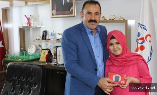 Ayşenur Eslem Kara, Memnuniyet Anketi Ödülü'nü Aldı