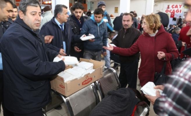 Belediye Otogarda Mahsur Kalan Yolculara İkramda Bulundu