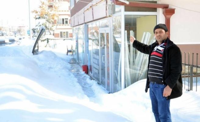 Kar Ağırlığına Dayanamayan Tabela Çocukların Üzerine Düştü