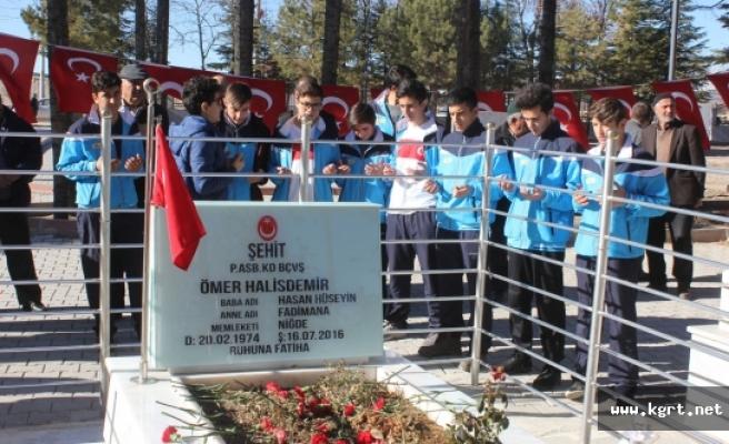 Turnuva İçin Gittikleri Niğde'de Şehit Ömer Halisdemir'in Kabrini Ziyaret Ettiler