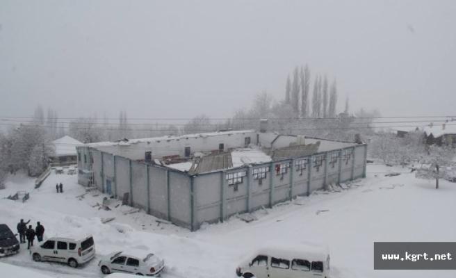 Ermenek'te Kapalı Spor Salonunun Çatısı Çöktü
