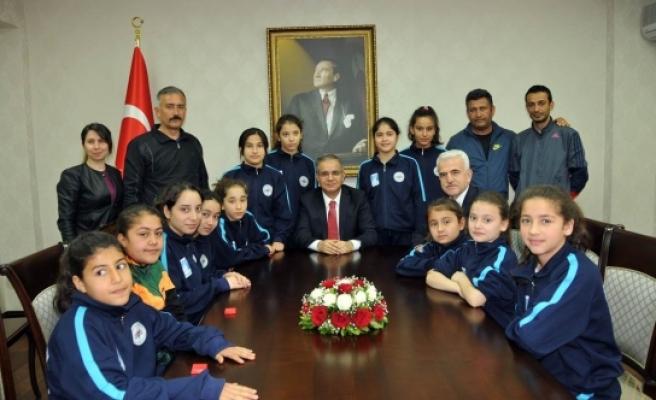 Minik Sporcular Vali Süleyman Tapsız'ı Ziyaret Etti