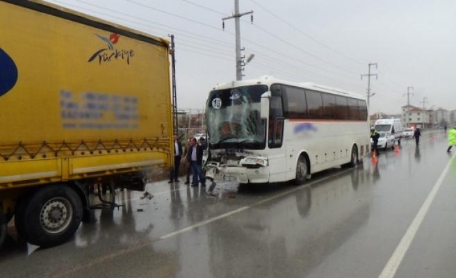 İşçi Taşıyan Otobüs Tır'a Arkadan Çarptı: 8 Yaralı