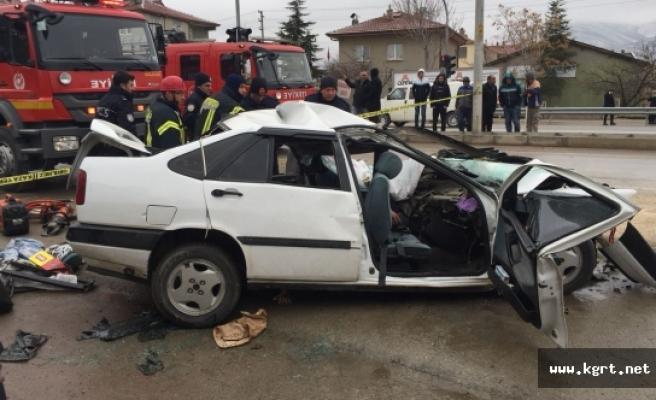 Otomobil ile Kamyonet Çarpıştı: 1 Ölü, 6 Yaralı