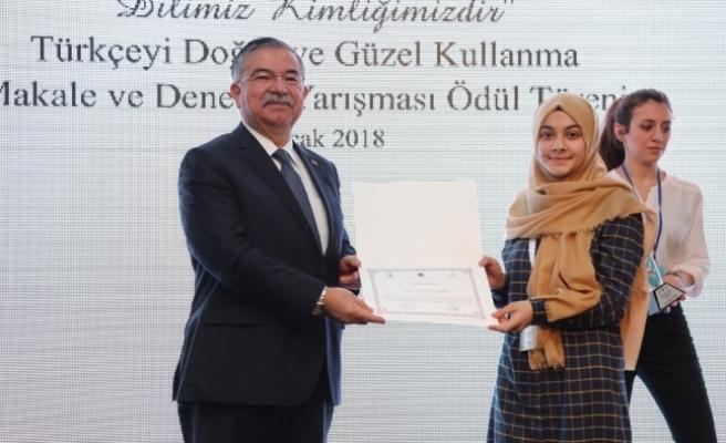 Ödülünü, Milli Eğitim Bakanı İsmet Yılmaz'ın Elinden Aldı