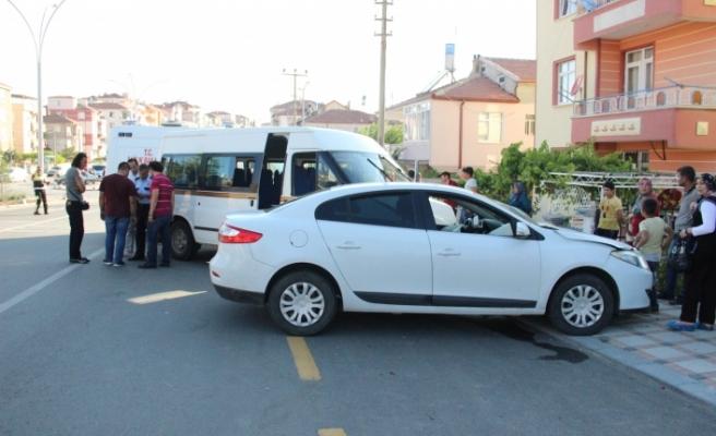 Otomobil İle Çarpışan Minibüs Yolun Karşı Şeridinde Başka Bir Otomobile Çarptı: 2 Yaralı