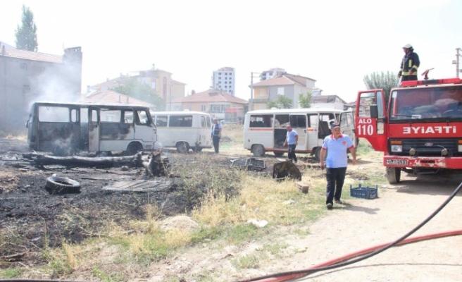 Hurda Minibüslerin Konduğu Boş Arsada Yangın Çıktı