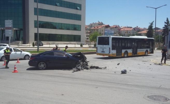 Lüks Otomobil, Belediye Otobüsü İle Çarpıştı