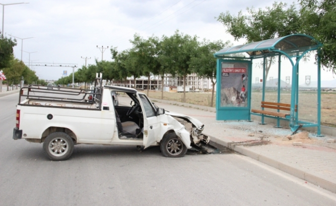 Kamyonet Otobüs Durağına Çarptı: 1 Yaralı