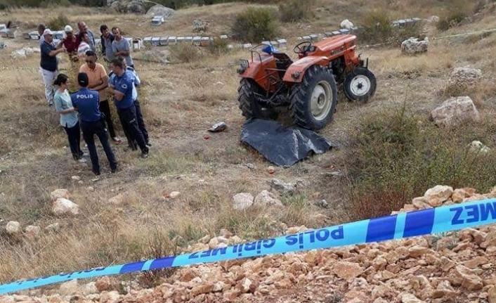 Yaşlı Adam Şarampole İnen Traktörünün Yanında Ölü Bulundu