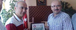 Sariveliler Belediye Baskani Samur'dan Milletvekili Elvan'a Plaket