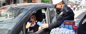 Polisten Gofret ve Çikolatali Uyari