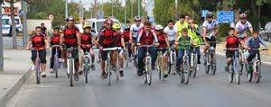 Bir Günlügüne Arabalarina Veda Edip, Bisiklet Kullandilar