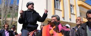 Seçim Zaferini At Binip Kiliç Kusanarak Kutladi