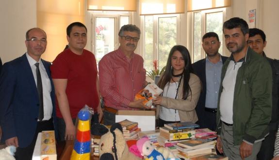 Fatih Anadolu Lisesinden Kütüphane Duraklara Ve Oyuncak Kampanyasına Destek