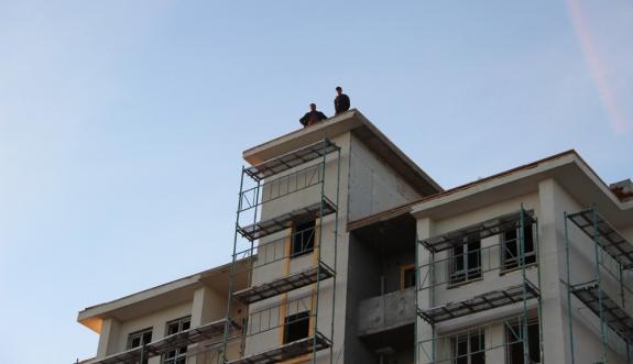 Paralarını Alamadıklarını İddia Eden İşçiler Çatıya Çıktı