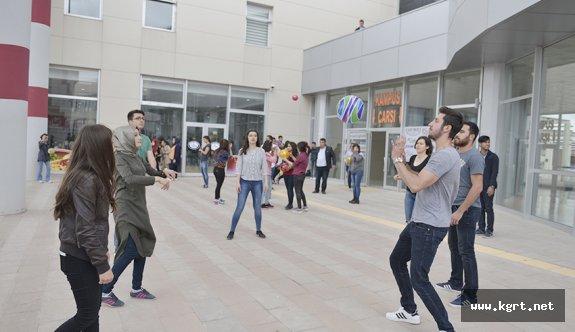 KMÜ Öğrencileri Sağlıklı Yaşamak İçin Top Oynadı