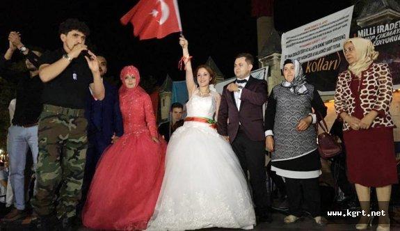 Karaman'da Gelin Ve Damatlar Demokrasi Nöbetine Katıldı