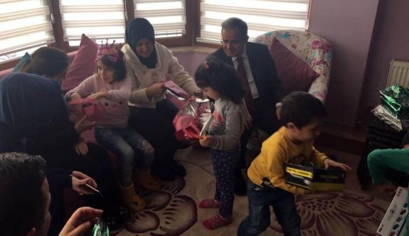 Vali Tapsız Eşiyle Birlikte Sevgi Evlerini Ziyaret Etti
