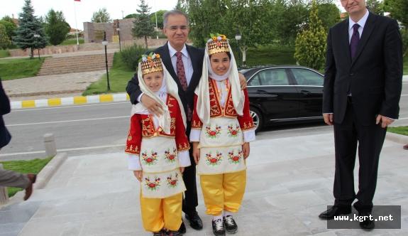 Vali Tapsız: Dünyanın Hiçbir Yerinde Çocuklara Armağan Edilmiş Bir Bayram Yok