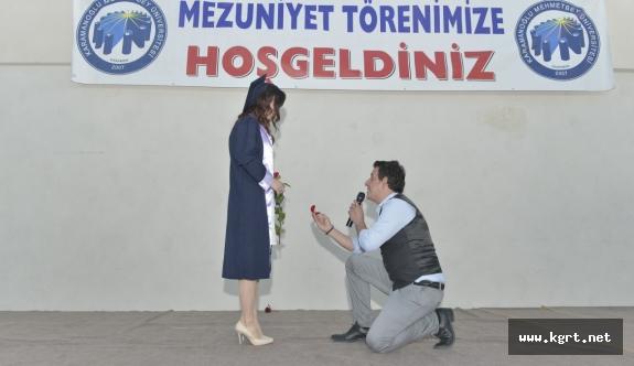 KMÜ Mezuniyet Töreninde Sürpriz Evlilik Teklifi