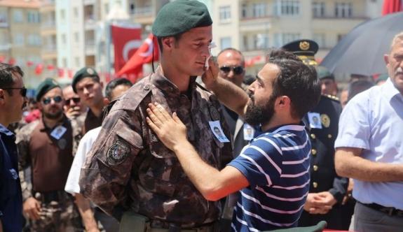 Şehit Kardeşinin Silah Arkadaşının Gözyaşlarını Sildi