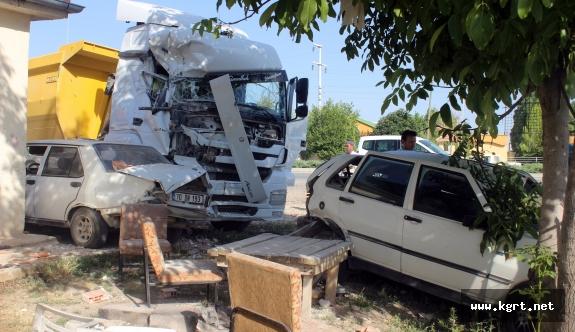 Hafriyat Kamyonu İki Otomobile Çarptıktan Sonra Evin Odasını Yıktı