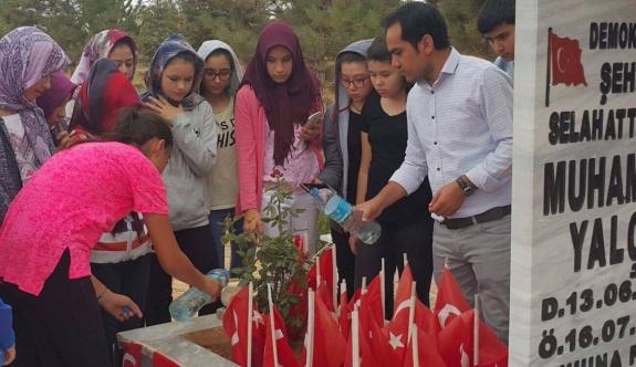 Minik Öğrencilerden 15 Temmuz Şehidi Yalçın'ın Mezarına Ziyaret
