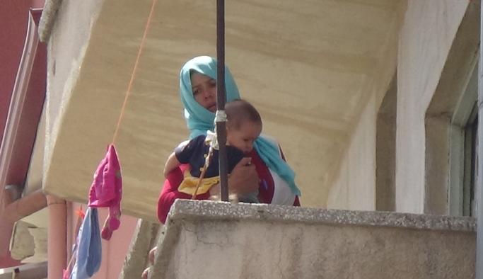 İki Çocuğuyla Balkonda Mahsur Kalan Afgan Kadını İtfaiye Kurtardı