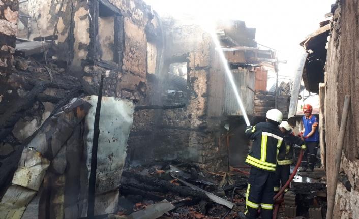 Kalaba Köyü'nde Çıkan Yangında 3 Ev Kullanılamaz Hale Geldi