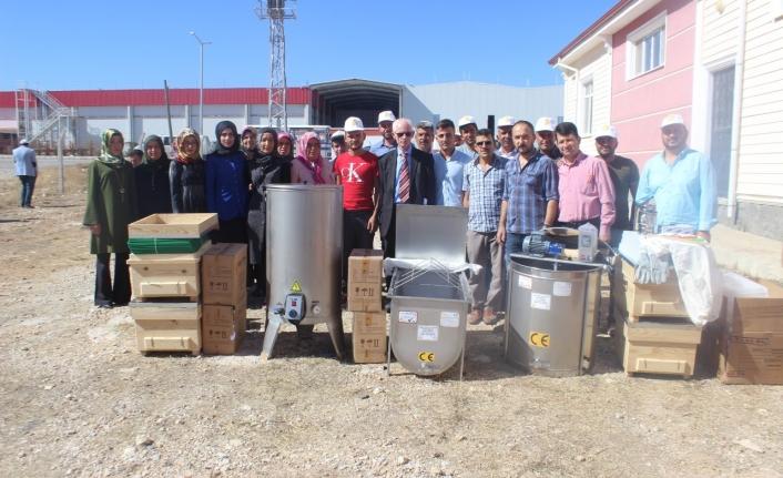 Genç Çiftçilere Arı Yetiştiriciliği Ve Bal Üretimi Konusunda Malzemeleri Dağıtıldı
