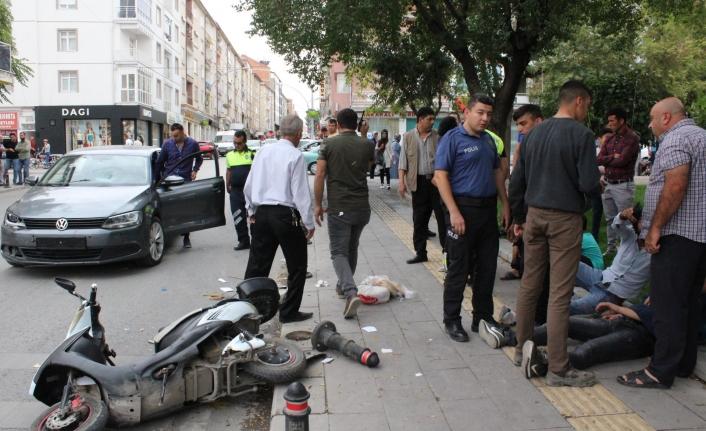Otomobille Elektrikli Bisikletler Çarpıştı: 3 Yaralı