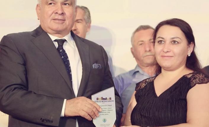 """Erdemli Belediyesi'nden Sultan Akbulut'a """"Yılın En İyi Köşe Yazarı"""" Ödülü"""