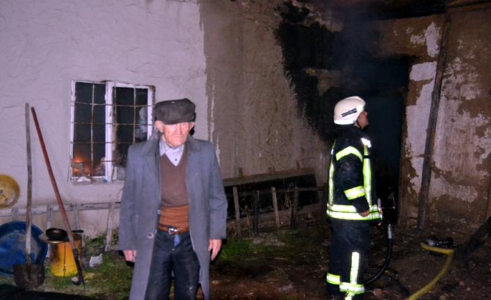 Kerpiç Evin Çatısında Çıkan Yangın Korkuttu