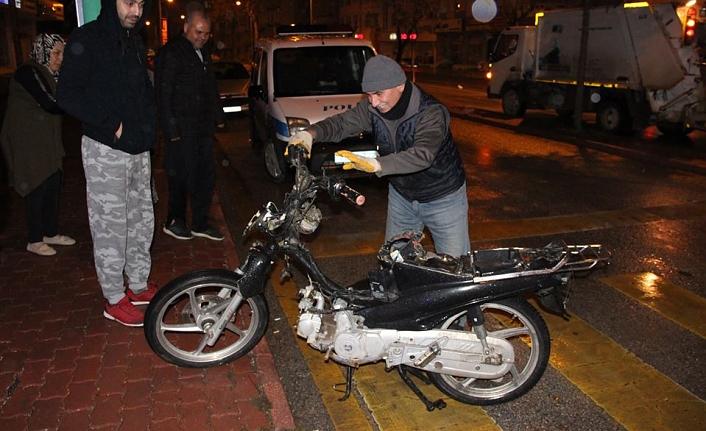 Kavşakta Motosikletle Çarpışan Otomobil Sürücüsü Ardına Bile Bakmadı