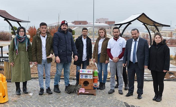Üniversiteli Öğrencilerden Sokak Hayvanlarına Ev